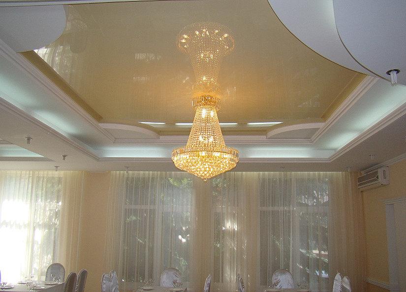лампы накаливания на натяжном потолке