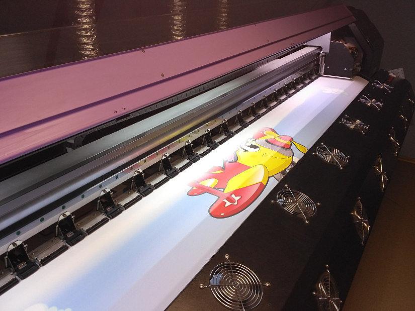 Процесс нанесения фотопечати на полотно натяжного потолка