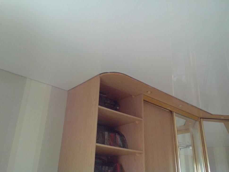 Белый классический глянцевый натяжной потолок
