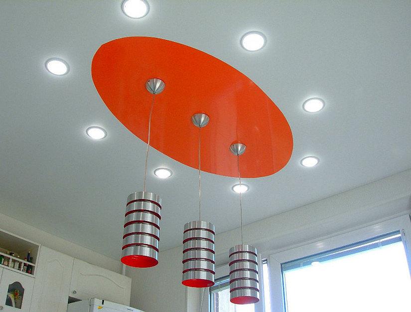 белые светильники на натяжном потолке