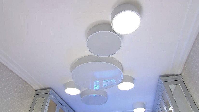 Большие светодиодные светильники на потолке