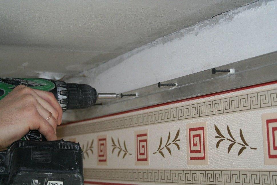 Установка профиля для натяжных потолков