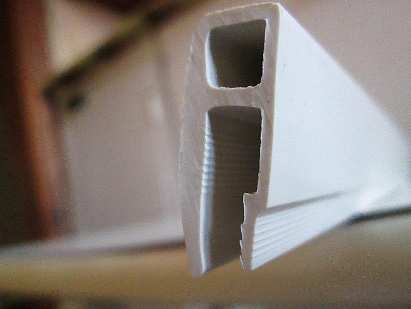 пластиковый багет для монтажа натяжного потолка