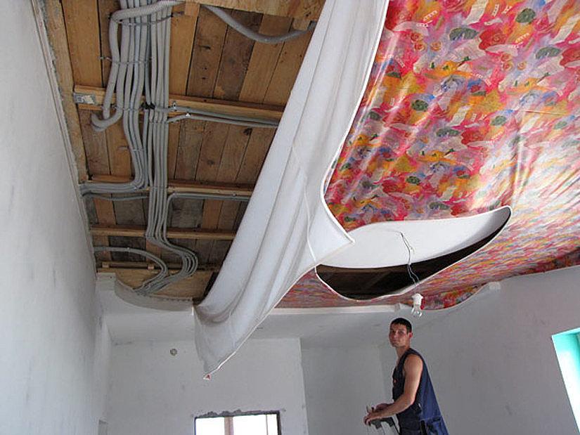 Монтаж проводки на базовый деревянный потолок