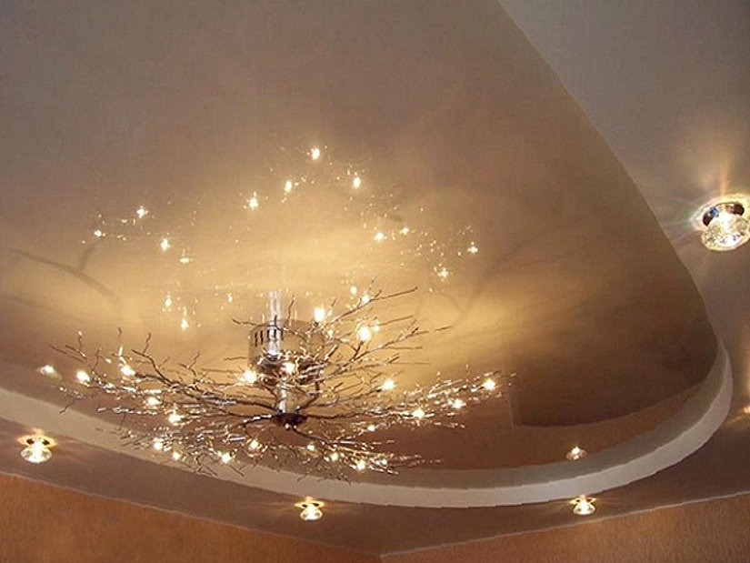 глянцевый натяжной потолок и освещение
