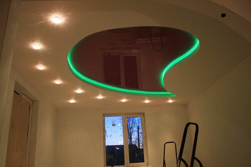 Многоярусный натяжной потолок с LED-подсветкой