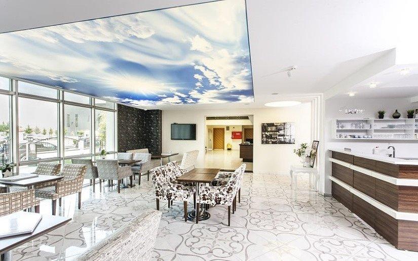 Натяжной потолок Double Vision в высоком помещении