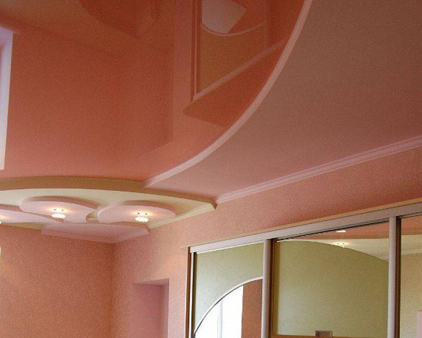 натяжной потолок в постельных тонах