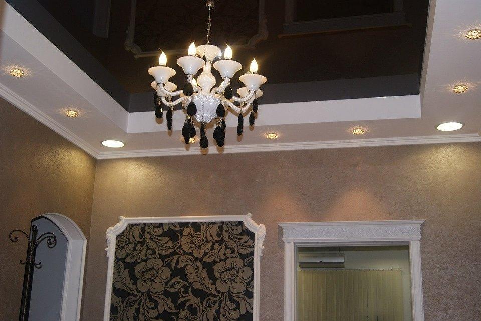 Комбинация люстры и точечных светильников на натяжном потолке