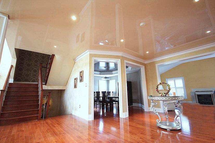глянцевый потолок в доме