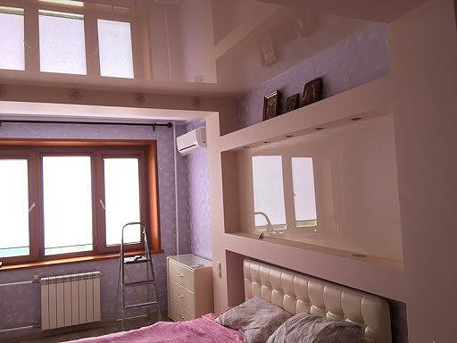 Натяжной потолок установленный на гипсокартонной стене