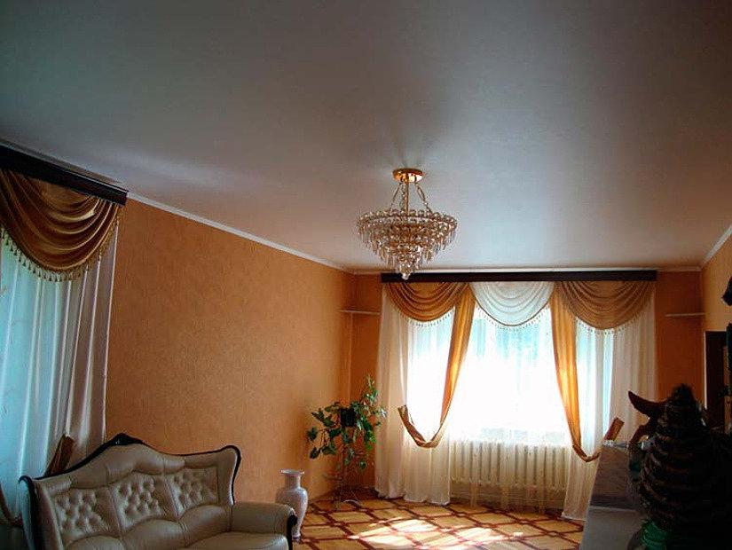 сатиновый потолок в классическом интерьере