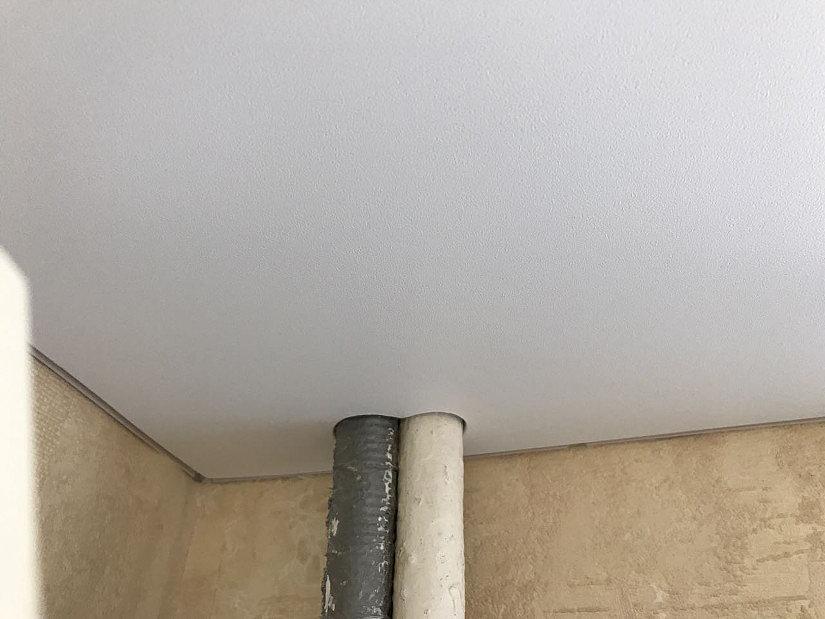 трубы и натяжной потолок