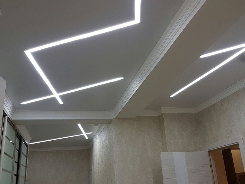 """Потолок """"парящие линии"""" в форме геометрической фигуры"""
