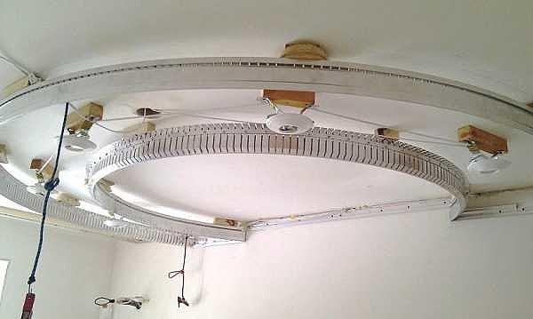 Криволинейный участок профиля для монтажа натяжного потолка
