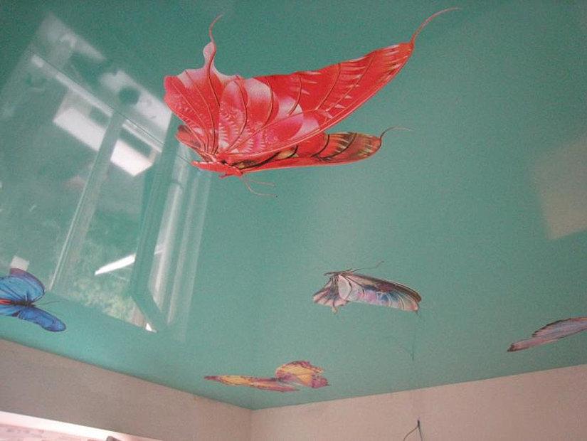 фотопечать бабочек на натяжном потолке