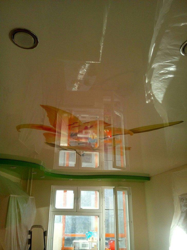 Отражение окна на глянцевом потолке с фотопечатью