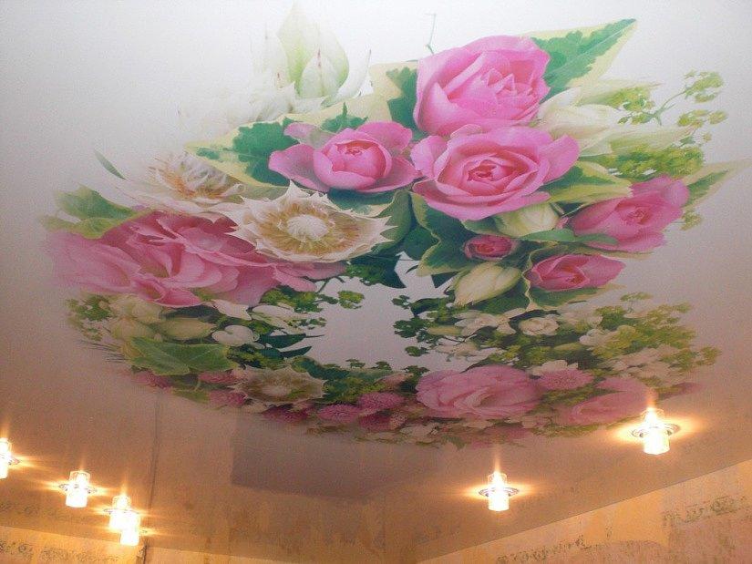 Изображение цветов- один из самых популярных рисунков на потолке