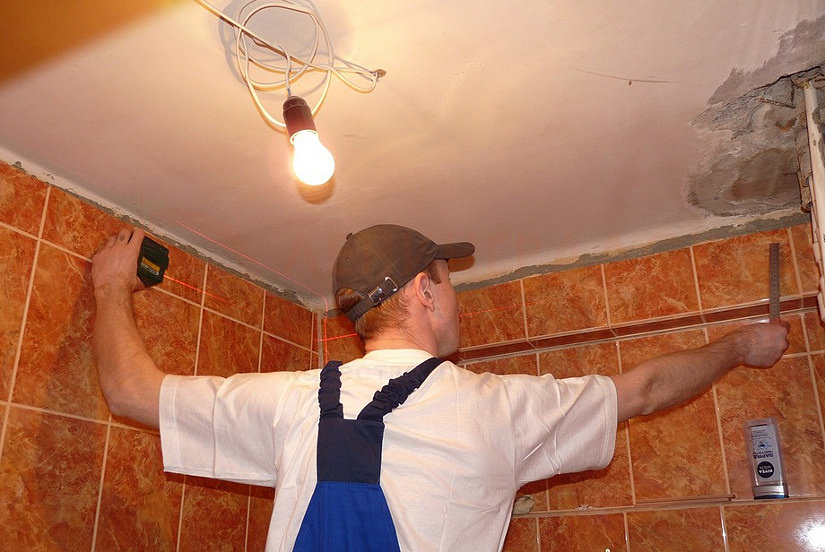 отбивка уровня для монтажа натяжного потолка