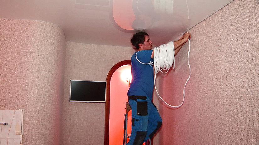 Монтаж вставки на натяжной потолок
